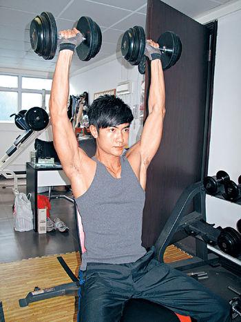 以前是瘦骨仙的魏焌皓(Nathan),為了飾演蠱惑仔而健身幾年,現在總算有點成績。