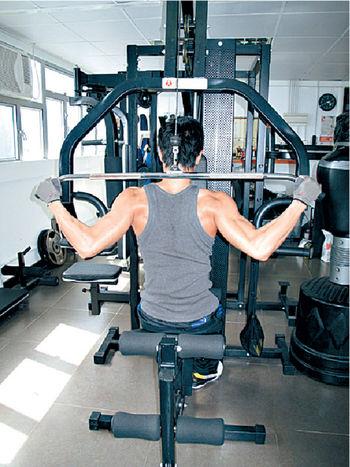 魏焌皓(Nathan)每周勤做三日健身,操弗身形。
