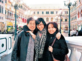 鍾嘉欣與父母感情要好,不時一起外遊。