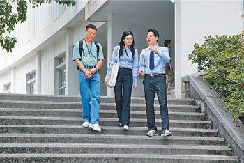 (左起)陳志健、苟芸慧和蕭正楠為《仁心解碼II》拍外景。