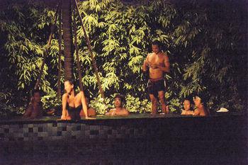 吳卓羲與穿上性感泳衣的Toby(梁靖琪)在泳池玩得忘形。