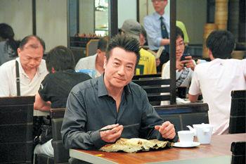 石修陳曼娜主持《食的秘密》剛由北京抵港的修哥,雖然很倦,但仍表現專業,拍攝時完全沒有食螺絲。