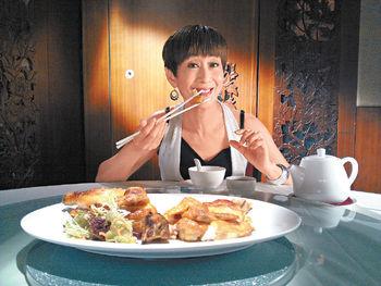 石修陳曼娜主持《食的秘密》Monnor姐很愛吃鹽焗雞,但主持了節目後,才驚覺以往所吃都不是正宗煮法。