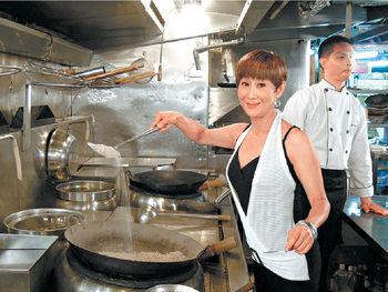石修陳曼娜主持《食的秘密》煮鹽焗雞首先要將鹽炒熱,Monnor姐試炒即大歎太重炒不動。