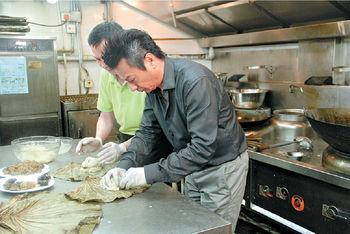 石修陳曼娜主持《食的秘密》修哥在師傅指導下,首次嘗試包糯米雞,似模似樣。