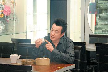 石修陳曼娜主持《食的秘密》修哥拿着熱辣辣的叉燒包講解,邊主持邊歎美食。