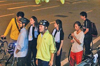 胡諾言(前左)和沈震軒(前右)拍畢後,站在路邊等候。