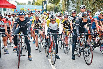 早前苗僑偉(前右)已拍了一場大型的單車賽場。