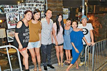 謝天華與好友在串燒店慶祝45歲生日。