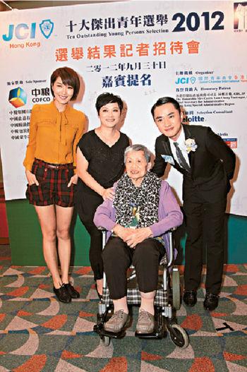 早前祖藍奪得傑青,嫲嫲,媽咪和女友李亞男都有到場支持。