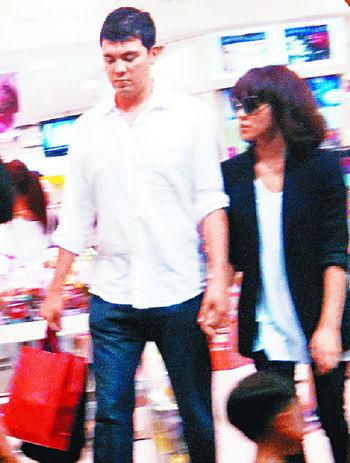 官恩娜跟混血醫生男友Juan-Domingo Maurellet愛得簡單,會拖住手行平民商場。