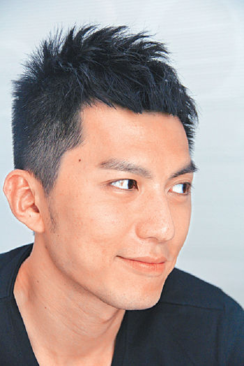 袁偉豪因拍戲經常暴曬,令眼白有色斑,要常戴太陽眼鏡。