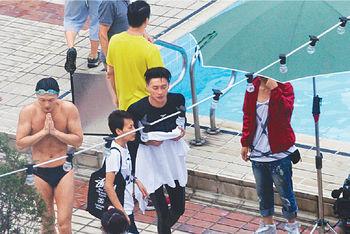 ※身為男主角的Bosco不及王浩信大方着三角褲上陣。