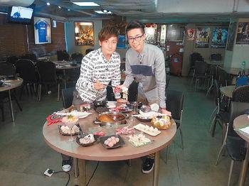 陸浩明知道小方愛吃,於是安排邊打邊爐邊做訪問。
