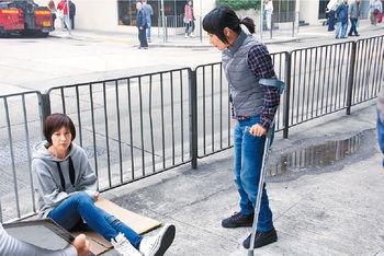 跛腳超儀上前勸坐街徐子珊,重新振作。