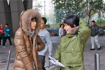 徐子珊(左)和何超儀一收工,即穿回羽絨保暖。