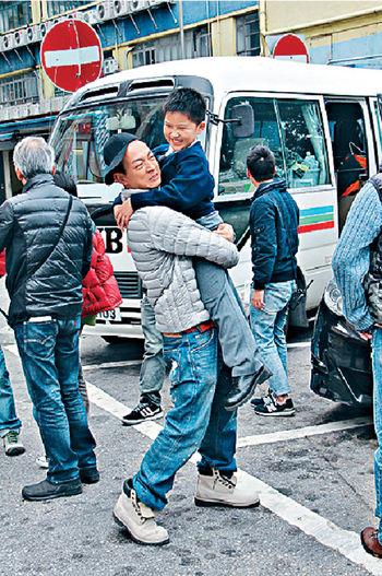 梁烈唯和林峯輪流抱小演員。