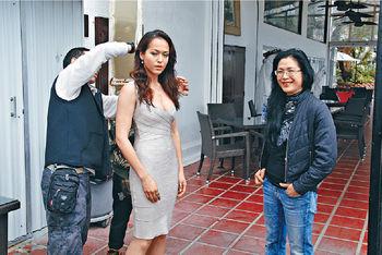 貝安琪拍劇當日,媽媽劉香萍全程跟到實,更為她拍照留念。